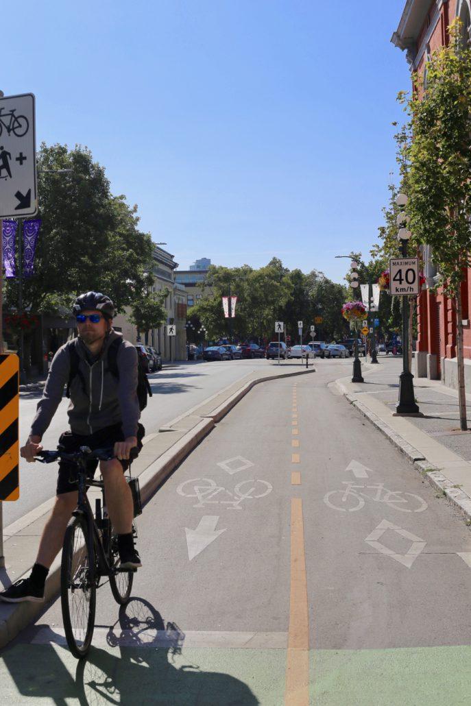 Pistes cyclables sur l'avenue Pandora avec un cycliste par Radio Victoria